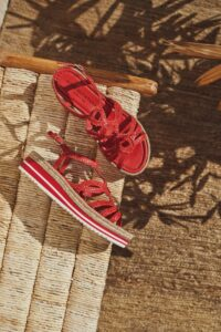 sandalia roja trenzada